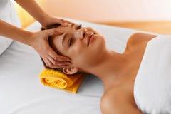 Massage de visage Faites face au traitement, soins de la peau, bien-être, escroquerie de bien-être images libres de droits
