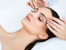 Massage de visage. Plan rapproché d'une jeune femme obtenant le traitement de station thermale. image stock