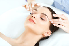 Massage de visage Plan rapproché d'une jeune femme obtenant le traitement de station thermale Image stock