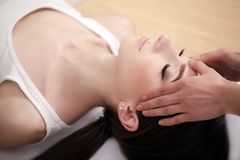 Massage de visage de station thermale Traitement facial Salon de station thermale thérapie Images stock