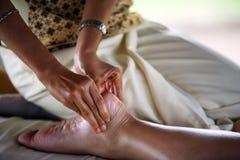 Massage der Fahrwerkbeine Stockfotos