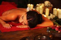 Massage der Frau im Badekurortsalon Orientalische Innentherapie Luxary lizenzfreies stockbild