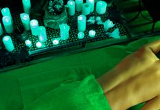 Massage der Frau im Badekurortsalon Orientalische Innentherapie Luxary lizenzfreie stockfotografie