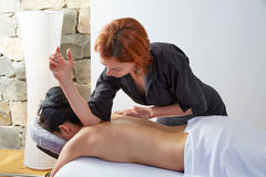 Massage in der Frauenrückseite mit Physiotherapeuten Stockbilder