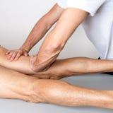 Massage des Beines stockbilder