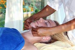 Massage des Gesichtes Lizenzfreie Stockbilder