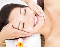 Massage des Gesichtes für asiatische Frau Stockfoto