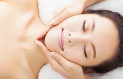 Massage des Gesichtes für Frau im Badekurort lizenzfreie stockfotos