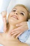 Massage des Gesichtes für Frau im Badekurort Stockfotografie
