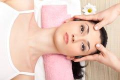 Massage des Kopfes stockbild