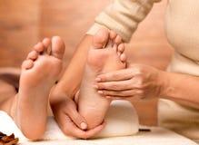 Massage des menschlichen Fusses im Badekurortsalon stockfotos