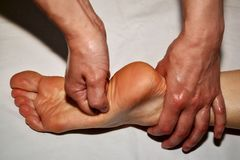 Massage des rechten Fu?es stockbild