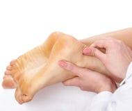 Massage des weiblichen Fahrwerkbeines. Lizenzfreies Stockbild