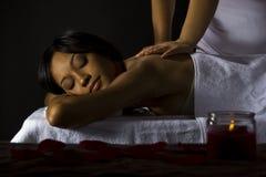 Massage in een donkere ruimte Stock Foto