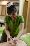 Massage emballé à chaud de fines herbes thaïlandais Image libre de droits