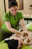 Massage emballé à chaud de fines herbes thaïlandais Image stock
