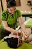 Massage emballé à chaud de fines herbes thaïlandais Images stock