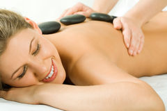 Massage en pierre Images libres de droits