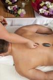 Massage en pierre chaud image libre de droits