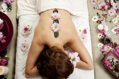 Massage en pierre chaud photos libres de droits