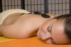 MASSAGE EN PIERRE CHAUD Photo stock