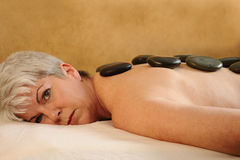 Massage en pierre chaud aîné de santé et de forme physique Images stock