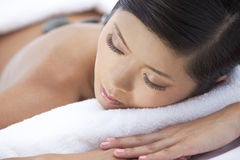 Massage en pierre chaud de détente de station thermale de santé de femme Photographie stock