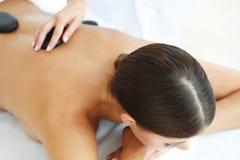 Massage en pierre chaud de station thermale Photographie stock