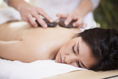 Massage en pierre chaud à la maison Photographie stock