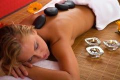Massage en pierre volcanique à la station thermale Photo libre de droits