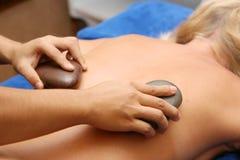 Massage en pierre volcanique spécial Image libre de droits
