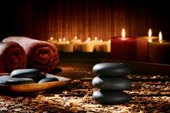 Massage entsteint Steinhaufen in einem Wellness-holistischen Badekurort Lizenzfreie Stockbilder