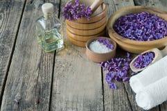 Massage et produits de station thermale avec les fleurs lilas photographie stock