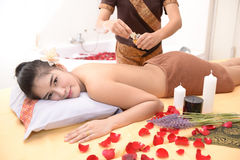 Massage et station thermale : Massage thaïlandais et station thermale pour des soins de la peau et la beauté images libres de droits