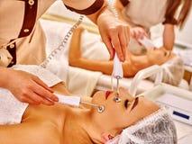 Massage för häleri för ung kvinna elektrisk ansikts- Arkivfoto