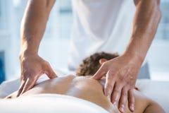 Massage för kvinnahäleribaksida från fysioterapeut arkivbilder