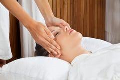 Massage för kvinnahälerihuvud på Spa arkivfoton