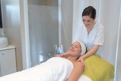 Massage för kvinnaklienthäleri av den kvinnliga kosmetologen arkivfoton