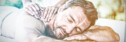 Massage för manhäleribaksida från massör royaltyfri bild