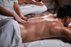 Massage för manhäleribaksida från massör i brunnsort royaltyfri bild