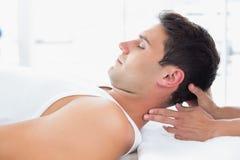 Massage för manhälerihals fotografering för bildbyråer