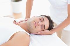 Massage för manhälerihals royaltyfri foto