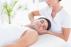Massage för manhälerihals arkivfoton