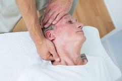Massage för manhälerihals arkivbilder