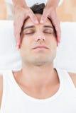 Massage för manhälerihuvud arkivfoto