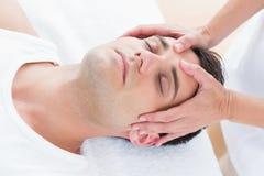 Massage för manhälerihuvud fotografering för bildbyråer