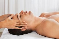 Massage för manhälerihuvud på Spa Arkivfoto