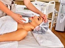 Massage för skalning för kvinnahäleri elektrisk ansikts- arkivbilder
