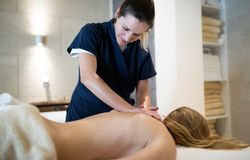 Massage för spänningsavlösning av terapeuten royaltyfri fotografi