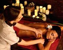 Massage för tryck för skuldra- och halskvinnaolja vid förlagen royaltyfri bild